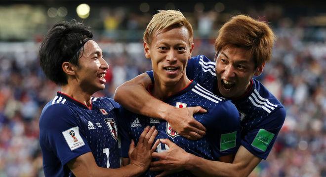 O experiente Honda (camisa 4) fez o gol do empate do Japão contra Senegal