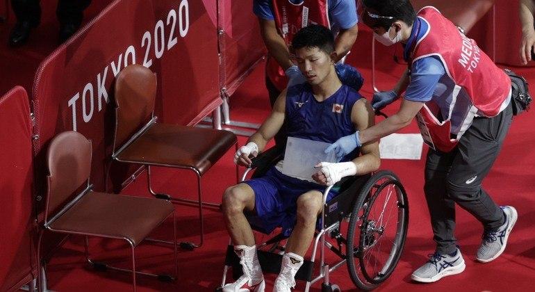 Ryomei Tanaka venceu o colombiano Yuberjen Martínez e saiu de cadeira de rodas após a luta