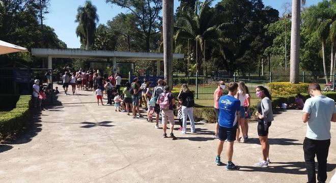 Na imagem, fila na entrada do Jardim Botânico de São Paulo