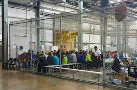 Imagen de imigrantes dentro de uma grande jaula, em centro de detenção, foi publicada por autoridades. Jornalistas afirmam terem visto crianças que chegaram desacompanhadas em condições semelhantes