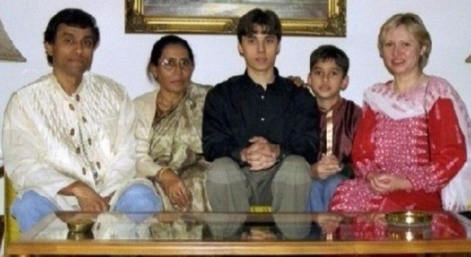 O pai, a avó, Jawed Karim, o irmão e a mamãe