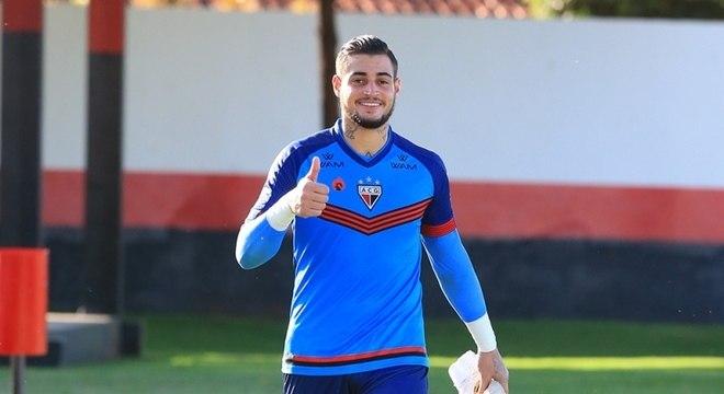 Livre do processo por espancar a esposa, Jean já treina feliz no Atlético Goianiense