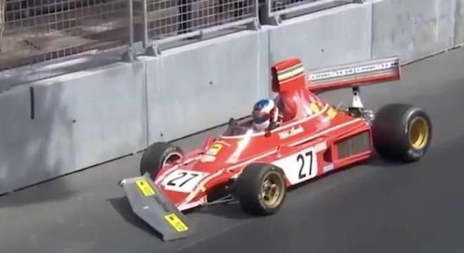 Alesi liderava GP Histórico de Mônaco quando foi tocado e bateu no muro