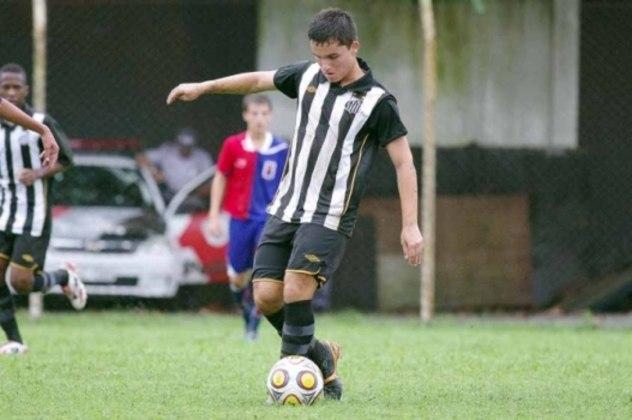 """Jean Chera chegou ao Santos aos 10 anos de idade com a promessa de ser o """"Novo Pelé"""". No entanto, após bons momentos na base, o jogador não conseguiu deslanchar como profissional e hoje, aos 24 anos, está aposentado"""
