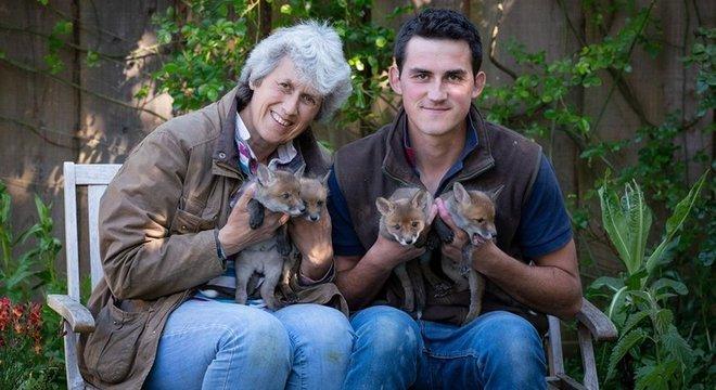 Jean e o filho salvaram e ainda cuidam dos filhotes; eles esperam a idade certa e que estejam adaptados para soltá-los na natureza