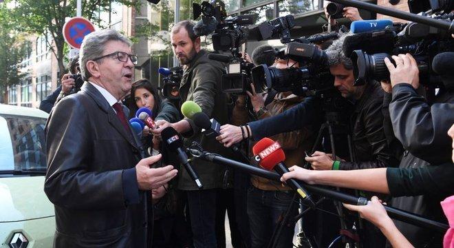 Jean-Luc Mélenchon pediu desculpas por sua reação, mas se justificou dizendo que a jornalista vinha zombando dele