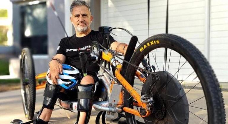 Jean Maggi em sua bicicleta adaptada que o levou ao topo do Himalaia