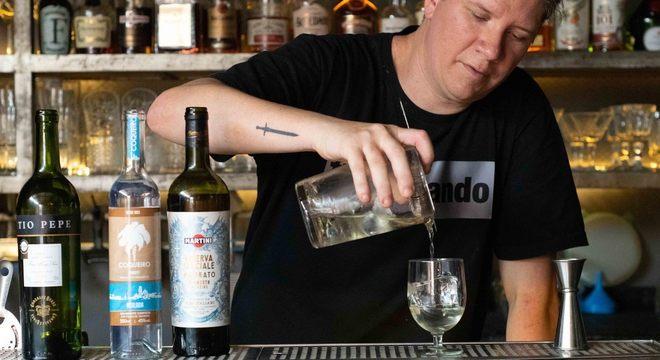 Jean Ponce, eleito duas vezes melhor bartender do Brasil, entrega drinks em casa