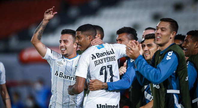Jean Pyerre comemora com seus companheiros o gol da vitória do Grêmio