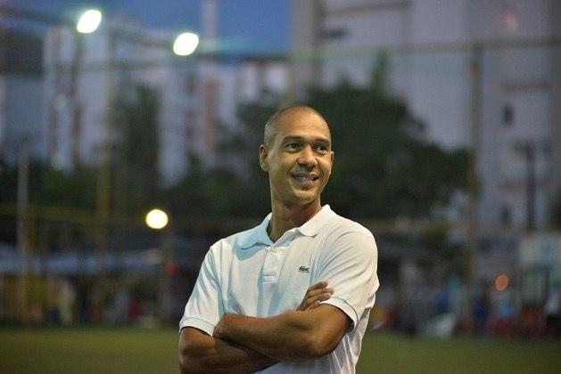 Jean - zagueiro - 40 anos - aposentado, encerrou sua carreira no São José-SP, em 2014 e atualmente tem escolinhas de futebol na Bahia.