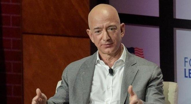 Jeff Bezos doou menos de US$ 700 mil para ajudar em combate a incêndios