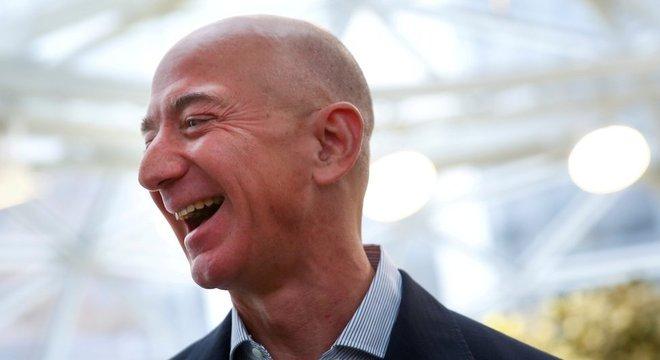 O aumento das vendas online em 2020 beneficiou a Amazon, empresa de Jeff Bezos