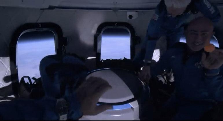 Tripulação brincou com a sensação de flutuar no espaço
