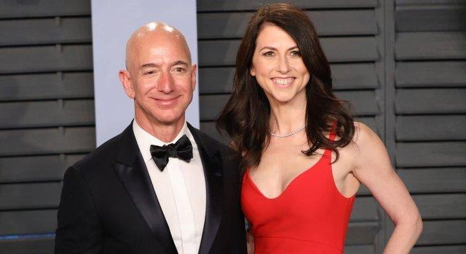 Mackenzie Scott tornou-se bilionária após se divorciar do fundador da Amazon, Jeff Bezos