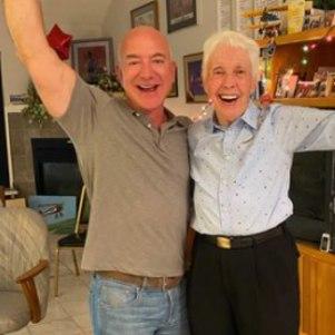 Jeff Bezos e Wally Funk