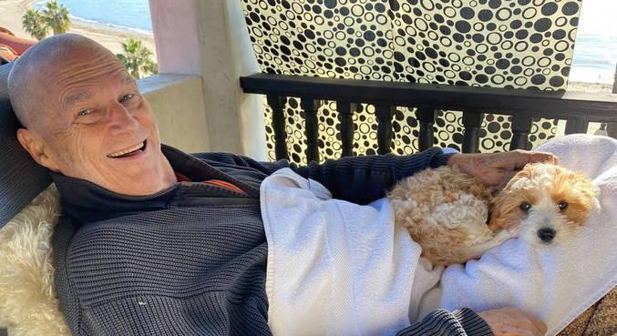 O ator posou com seu novo cachorrinho, que ele pegou em dezembro