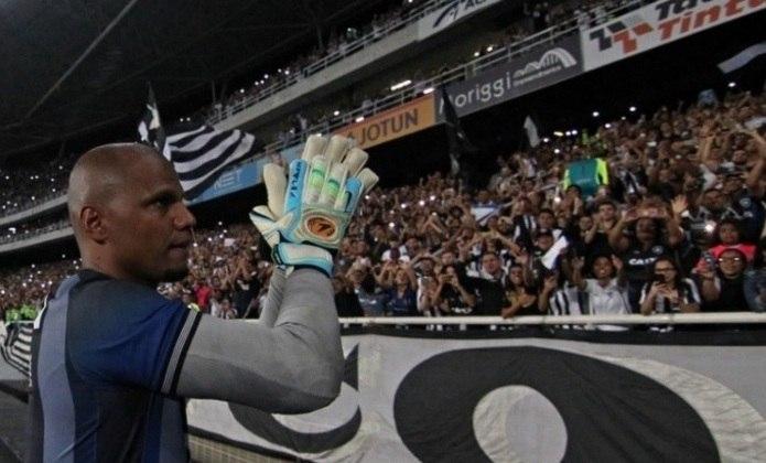 JEFFERSON celebra neste sábado 38 anos. Além de fazer parte do panteão de ídolos do Botafogo, o ex-goleiro está em uma lista bem gloriosa do Alvinegro: a dos que mais vestiram a camisa da Estrela Solitária. O LANCE! traz da lista de quem faz companhia ao goleiraço.