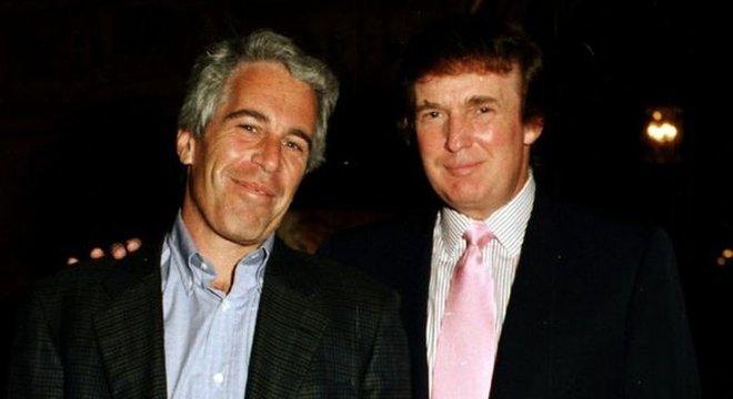 """""""Um cara ótimo"""", disse Trump sobre Epstein; na foto, Epstein e Trump em uma casa do presidente americano na Flórida"""