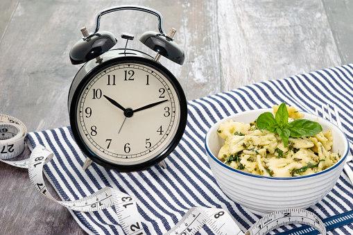 Dieta consiste em ficar longas horas sem comer