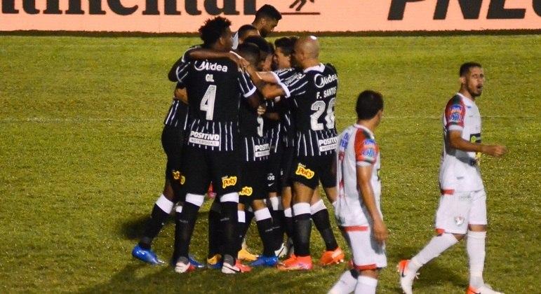 Jogadores do Corinthians comemoram gol de Jemerson, seu primeiro pelo clube