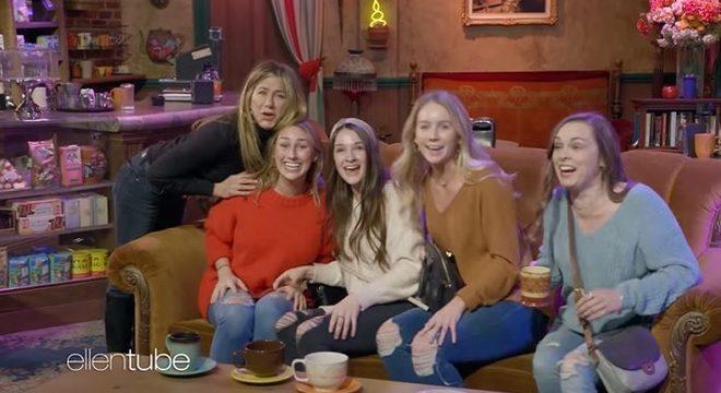 """Jennifer Aniston faz pegadinha com fãs de """"Friends"""" no Central Perk"""
