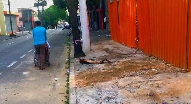 Andreia e Jennifer não conseguem usar calçada no Brás (região central de SP)