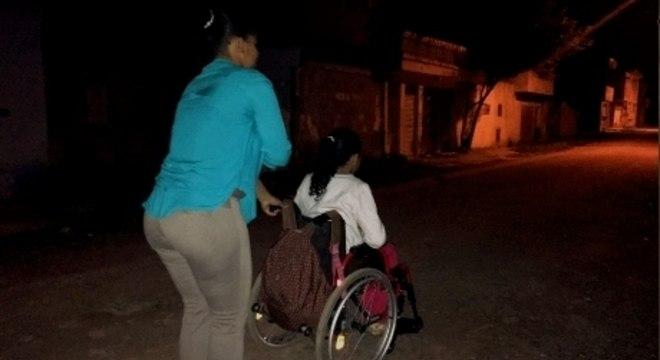 Mãe e filha na rua da casa onde moram, na zona sul