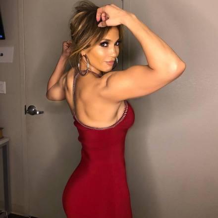 Jennifer Lopezabriu o jogo e, em entrevista à revista People, contou qual é o segredo da boa forma que ostenta. A cantora, que completará 50 anos em julho de 2019, afirmou que, além de seguir um estilo de vida saudável — mas sem dietas restritivas e abuso de exercícios físicos —, considera outros dois fatores importantes para manter a beleza: beber muita água e dormir bastanteVeja também:Jennifer Lopez impressiona com maiô cavado aos 49 anos