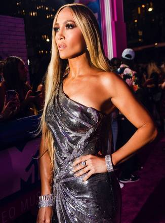 A cantora ainda afirmou que sente que 'à medida em que envelhece, vai perdendo músculos'Jennifer Lopez surge superestilosa com bota parecida com calça jeans