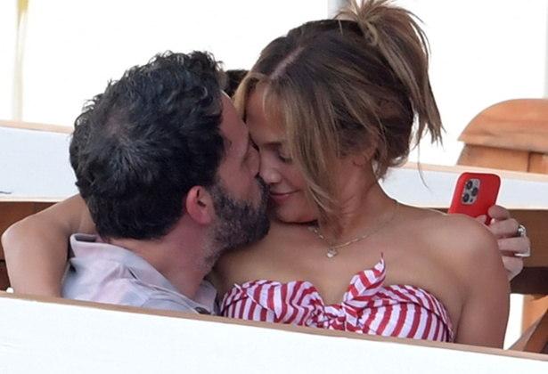 Jennifer Lopez e Ben Affleck estão aproveitando as férias na Itália. Após assumirem a relação, os artistas foram fotografados em momentos de romance emNerano. Veja mais fotos