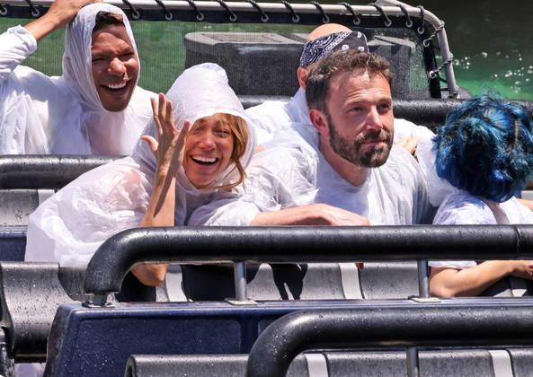 Eles se molharam e pareceram se divertir muito na atração baseada na franquia Jurassic World