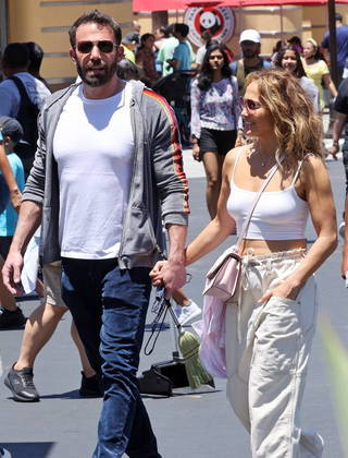 O casal Bennifer circulou pelo parque de diversões de mãos dadas
