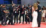 Ao chegar no evento, os artistas posaram para as câmeras