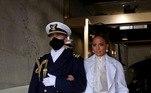A cantora Jennifer Lopez desfilou elegância em um conjunto todo branco com detalhes dourado. Nos Estados Unidos, a cor tem um histórico de simbolismo à luta pelo direito ao voto de participação das mulheres na política. As joias da artista chamaram atenção nas redes sociais.