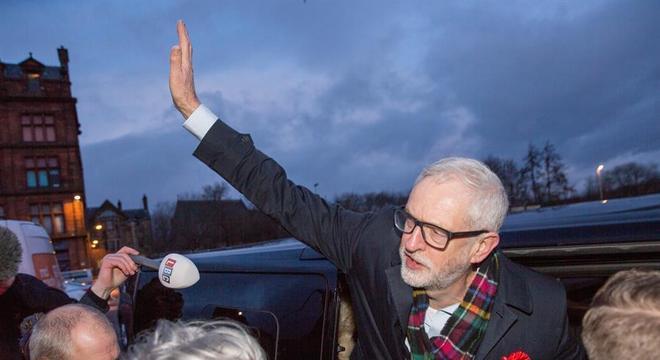 Jeremy Corbyn tenta acabar com governo conservador na eleição desta 5ª