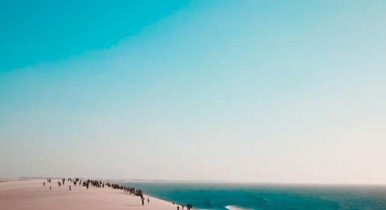 Jericoacoara reúne dunas, coqueirais, águas azuis e cristalinas, redes e mesas montadas dentro das lagoas. Entre os diversos belos atrativos estão a Logoa do Paraíso, a Duna do Pôr do Sol e as muitas praias desertas.