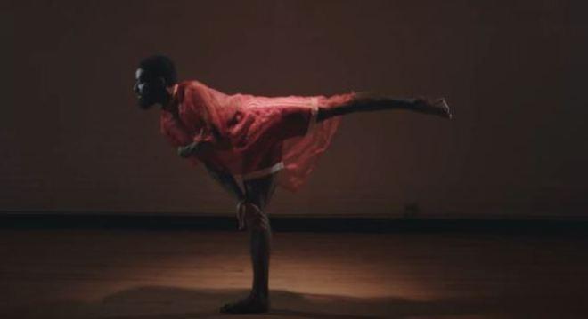 Conhecido por seu 'arabesque', Herman adapta as limitações  aos movimentos do balé