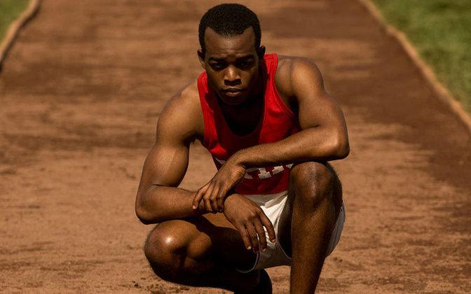 Jesse Owens foi um grande símbolo da luta contra o racismo e por direitos iguais no esporte. Quando o mundo era assolado pelos efeitos do nazismo em 1936, o atleta negro foi à Berlim e conquistou o Ouro na frente de Adolf Hitler.