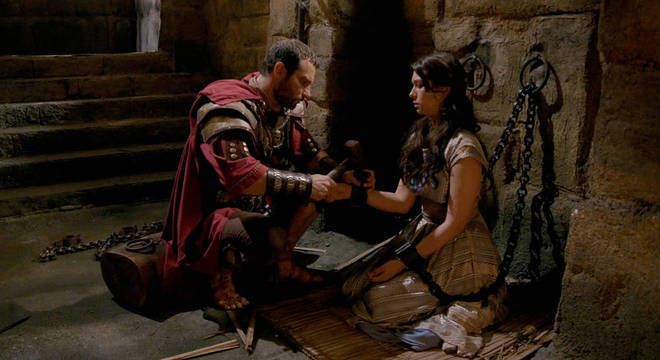 Madalena recupera a consciência e implora pra Petronius prendê-la
