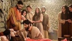 Após desmaiar e preocupar a família, Sara é curada pelas mãos de Jesus. Não perca ()