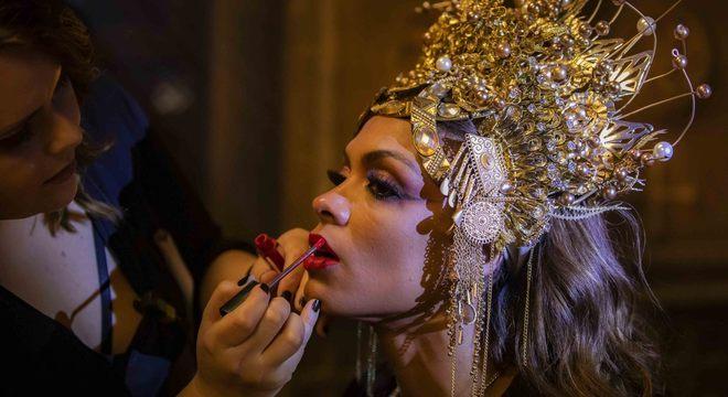 Equipe de maquiagem retoca o batom da atriz Lidi Lisboa