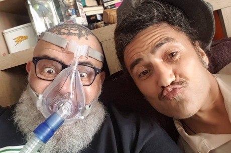 João posou com máscara ao lado do músico e amigo Nekro