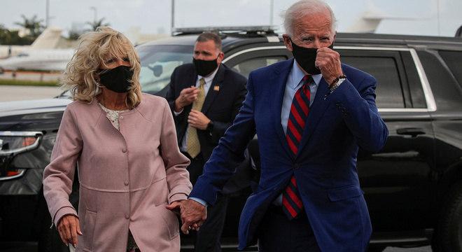 Jill Biden ao lado do marido Joe Biden durante campanha presidencial