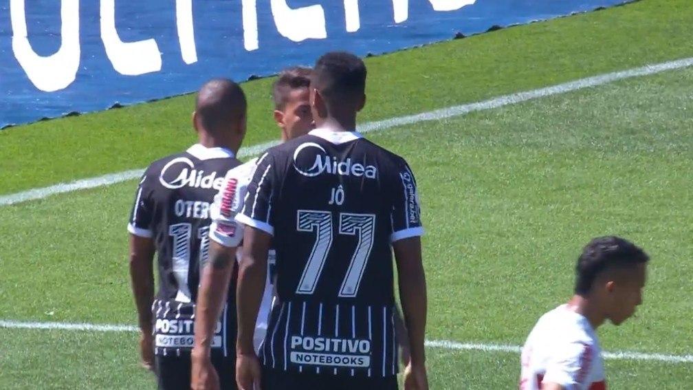 Depois do soco, Jô tentando intimidar Diego Costa. Postura lamentável no clássico