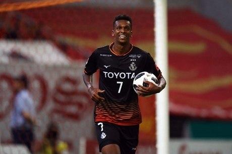 Jô comemora um dos gols contra o Gamba Osaka