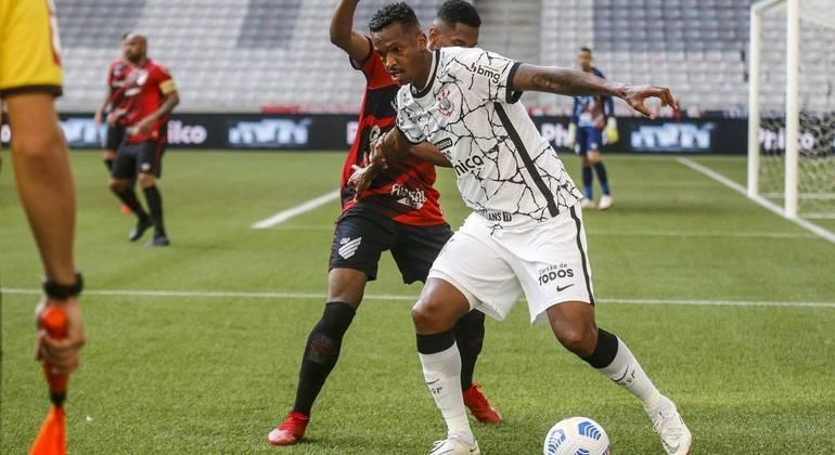Corinthians bate o Athletico-PR fora de casa e se aproxima do G4 do Brasileirão