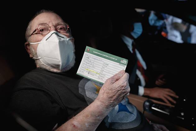 Jô Soares foi vacinado no dia 27 de fevereiro,no ponto drive-thru montado no estádio do Pacembu, na Zona Oeste de São Paulo.
