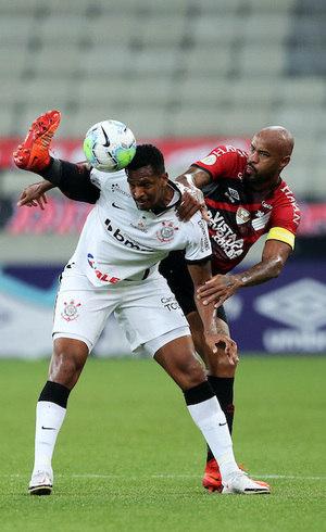 Jô e Thiago Heleno disputam a bola na Arena da Baixada