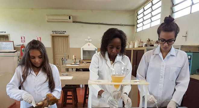 Joana dá aulas de química na ETEC Prof. Carmelino Corrêa Júnior, em Franca