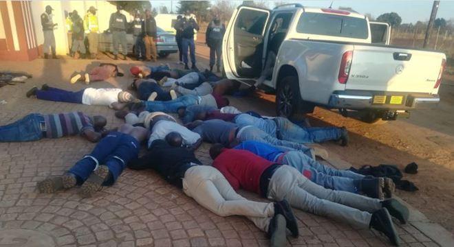 Polícia deteve 30 homens que cercaram igreja em Joanesburgo, fazendo 200 reféns